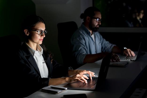 Współpracownicy biznesowi pracujący do późna