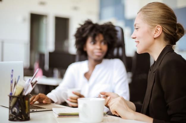 Współpracownicy dyskutują i rozmawiają