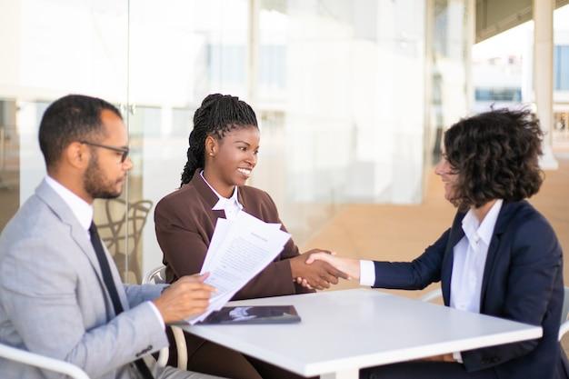 Współpracownicy konsultujący się z doradcą prawnym