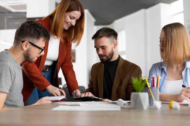 Współpracownicy mają spotkanie w celu uzyskania wolnego miejsca pracy