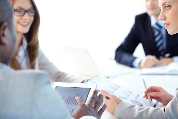 Współpracownicy mówią o rocznej sprzedaży