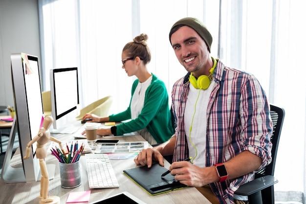 Współpracownicy na komputerze