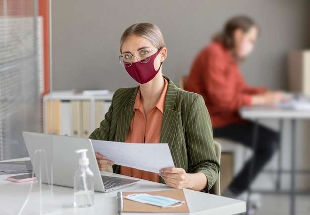 Współpracownicy noszący maskę na twarz w pracy