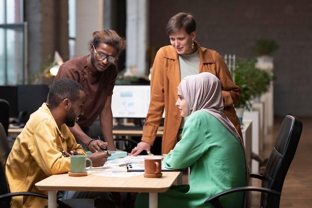 Współpracownicy o średnim ujęciach, którzy mają spotkanie