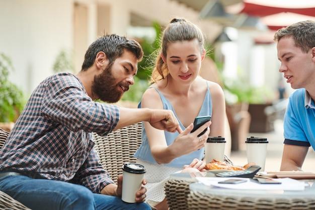 Współpracownicy omawiają nową aplikację mobilną