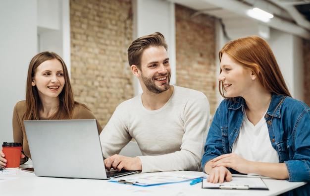 Współpracownicy omawiający projekt biznesowy