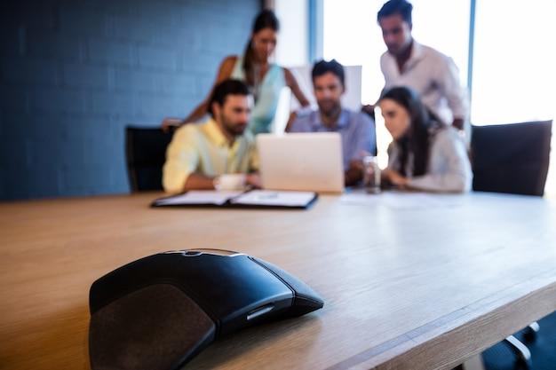 Współpracownicy patrząc na komputer