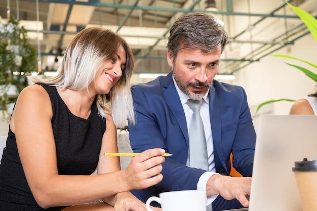 Współpracownicy patrząc na laptopa