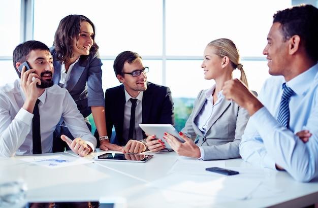 Współpracownicy planowanie pracy z cyfrowym tablecie
