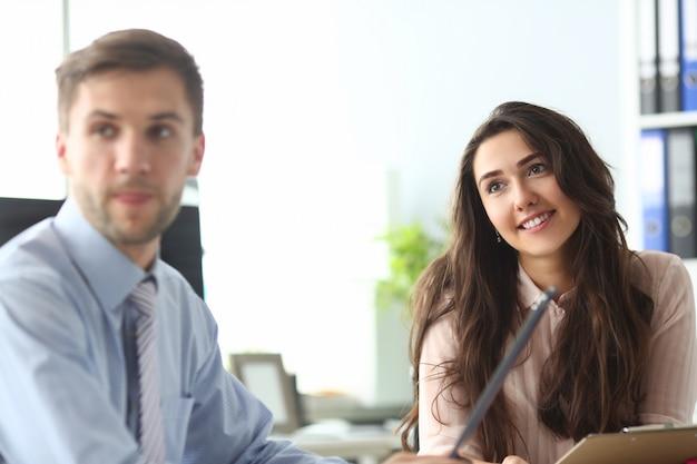 Współpracownicy pracujący razem w firmie