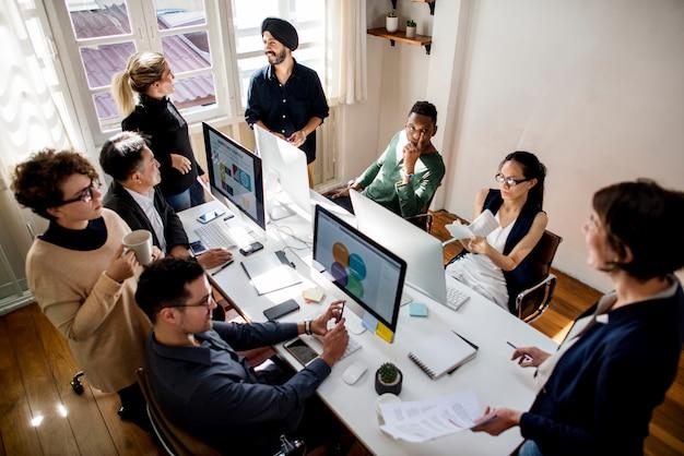 Współpracownicy pracujący razem