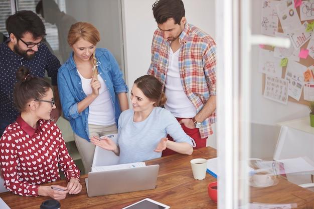Współpracownicy pracujący w biurze w miłej atmosferze