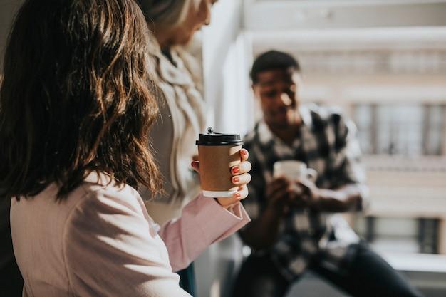 Współpracownicy robiący przerwę na kawę w biurze