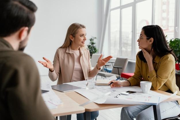 Współpracownicy rozmawiają o projekcie na spotkaniu