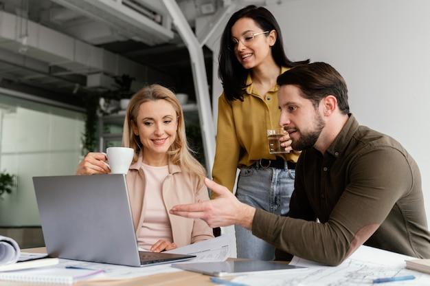 Współpracownicy rozmawiają o projekcie w biurze