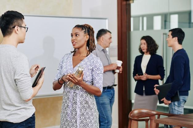 Współpracownicy rozmawiają po spotkaniu