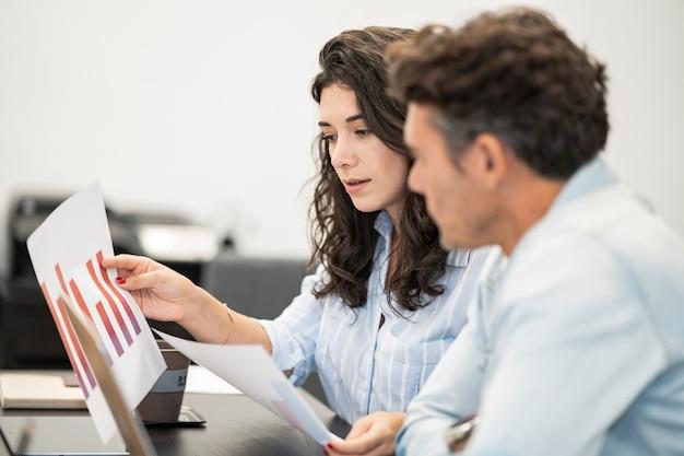 Współpracownicy rozmawiający we współpracy ze statystykami