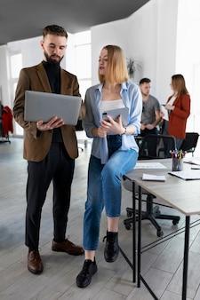 Współpracownicy spotykają się w biurze