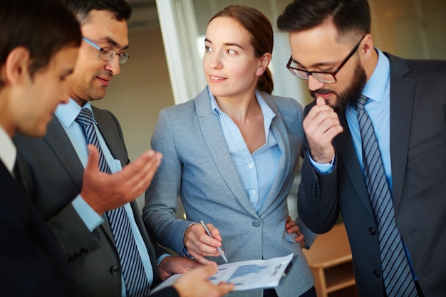 Współpracownicy szukają pomysłów na spotkaniu