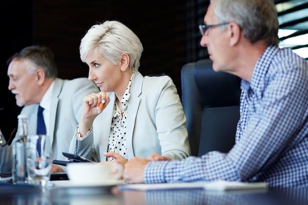 Współpracownicy uważnie słuchają prezentacji