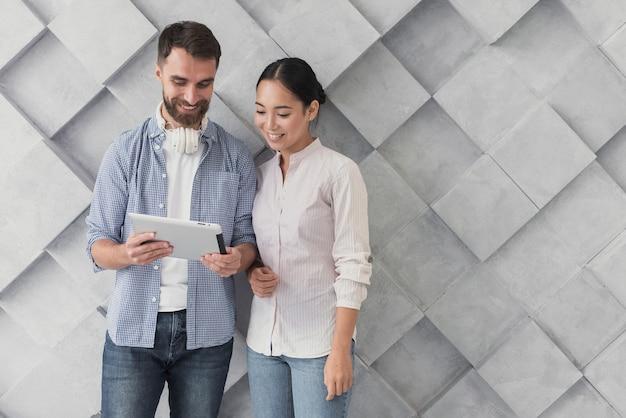 Współpracownicy współpracownicy patrząc na tablet