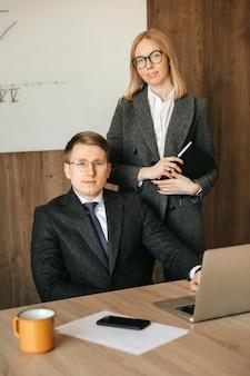 Współpracownicy współpracują ze sobą. zespół dwóch uśmiechniętych ludzi biznesu.