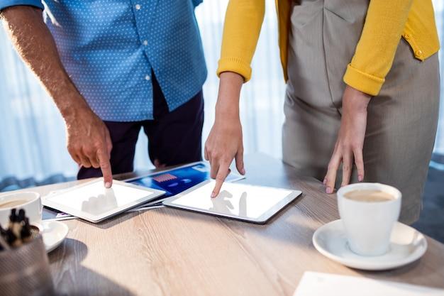Współpracownicy za pomocą komputera typu tablet