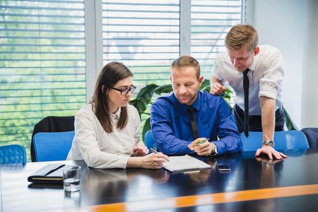 Współpracowników burzy mózgów w biurze