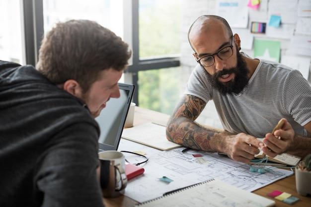 Współpracowników pracujących razem na temat szablonu sieci