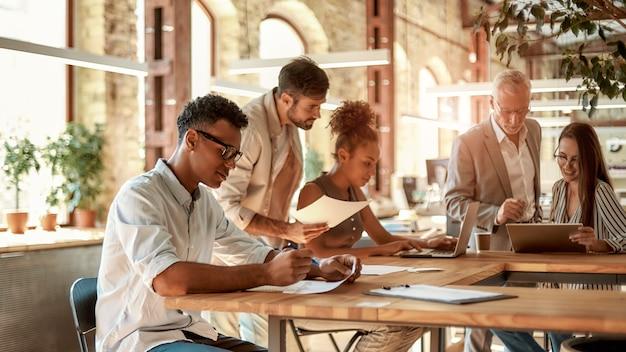 Współpracująca grupa skoncentrowanych ludzi biznesu pracujących razem i komunikujących się w