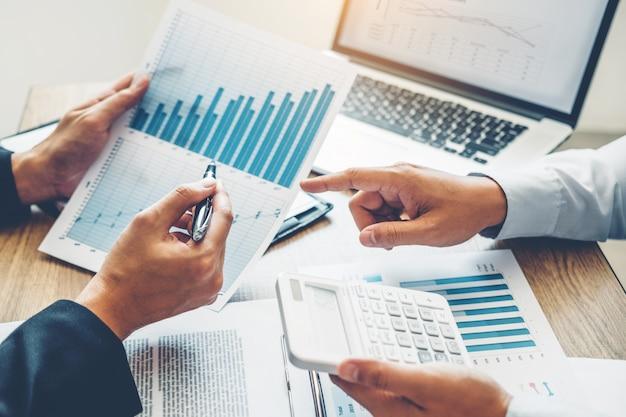 Współpracujące spotkanie biznesowe zespół planowanie strategii analiza inwestycji i oszczędności
