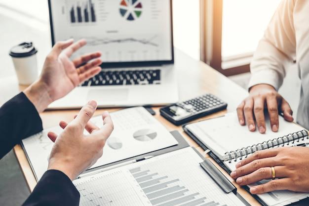 Współpracujący zespół biznesowy spotkanie konsultacyjne planowanie strategia analiza inwestycji