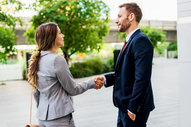 Współpracy biznesowej uścisku dłoni kolegów pojęcie