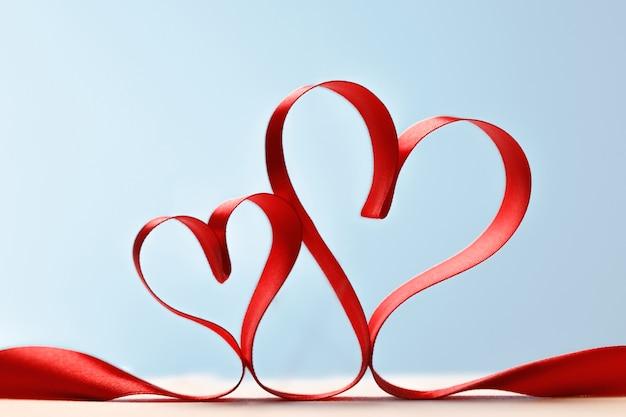 Wstążka w kształcie serca na niebieskim tle