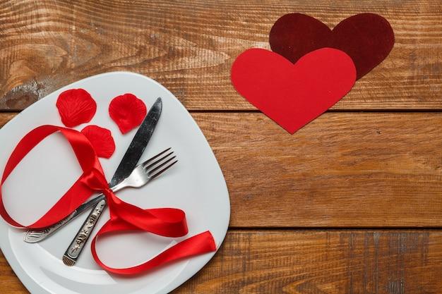 Wstążka w talerzu na drewnianym z sercem
