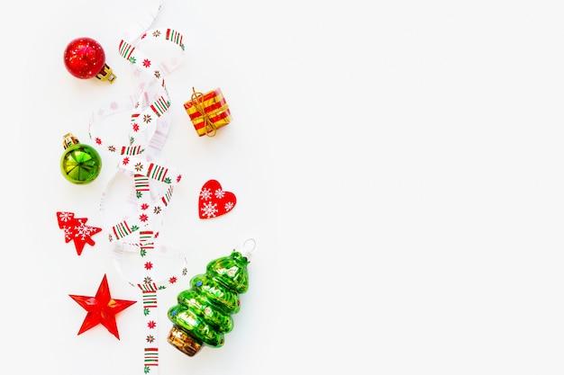 Wstążka z bożonarodzeniowymi płatkami śniegu w geometryczny wzór.