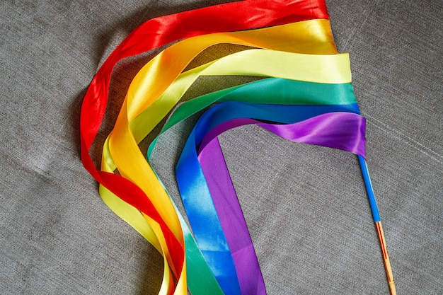 Wstążki w tęczowym kolorze flagi lgbt przedstawiające sposób uczczenia gejów
