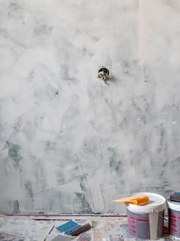 Wstępne przygotowanie lokalu do prac wykończeniowych, odrapane ściany.