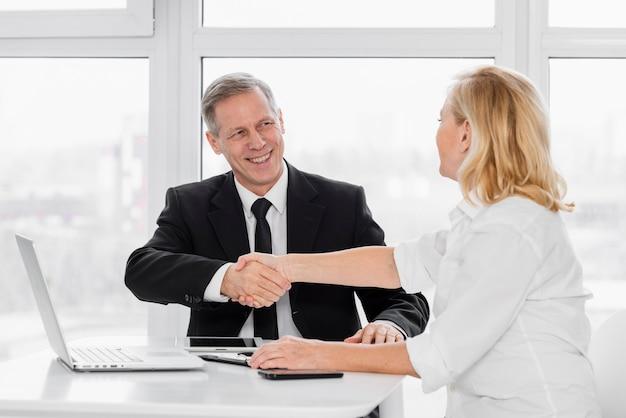 Wstrząsnąć ręcznie spotkanie biznesowe