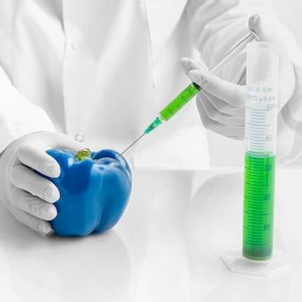 Wstrzykiwanie chemikaliów i robienie niebieskiej słodkiej papryki