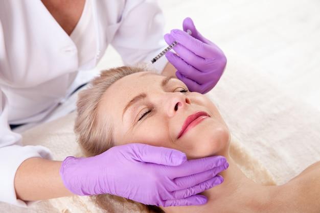 Wstrzyknięcie botoksu na kobiecą twarz