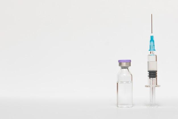 Wstrzyknięcie szczepionki i strzykawki.