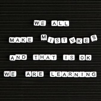 Wszyscy popełniamy błędy i to jest w porządku, uczymy się typografii tekstu z koralików literowych
