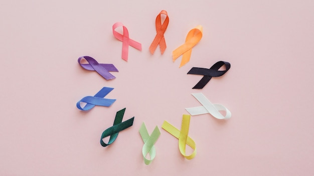 Wszystkie kolorowe wstążki na różowym tle, światowy dzień walki z rakiem