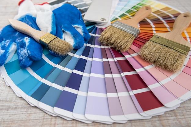 Wszystkie narzędzia do naprawy remontu domu, pędzel i próbnik kolorów dla najlepszego wyboru. paleta kolorów