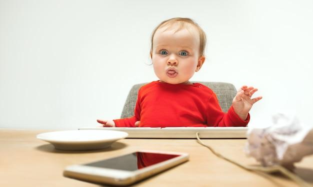 Wszystkiego najlepszego z okazji dziecka maluch dziewczynka siedzi z klawiaturą komputera na białym tle