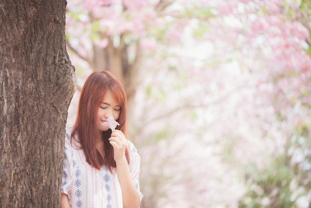 Wszystkiego najlepszego z okazji kobieta podróżujących zrelaksować się wolna z wiśniowe kwiaty lub sakura kwiat drzewa na wakacjach