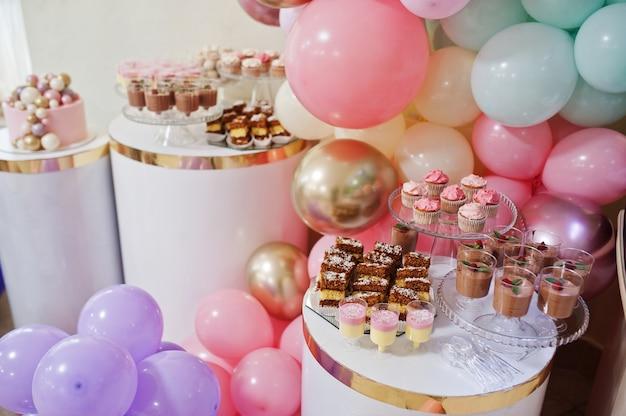 Wszystkiego najlepszego z okazji urodzin. świąteczny tort. ciasta z balonami.