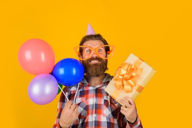 Wszystkiego najlepszego z okazji urodzin świętuje imprezę, wakacje i uroczystości, szczęśliwy człowiek z prezentem