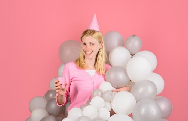 Wszystkiego najlepszego z okazji urodzin uroczystość z balonami balonowy nastrój imprezowy piękna dziewczyna w